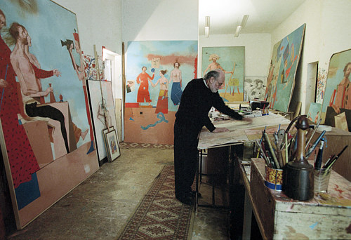 A photo of Miguel Conde painting in his Madrid studio