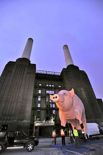 A 2011 photo of Algie, Pink Floyd's inflatable pig