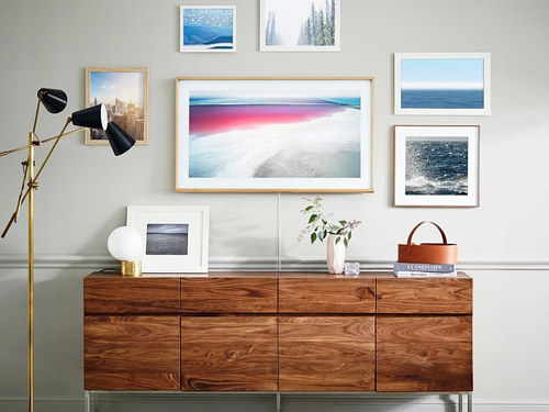 A promotional image for a digital photo frame by Samsung