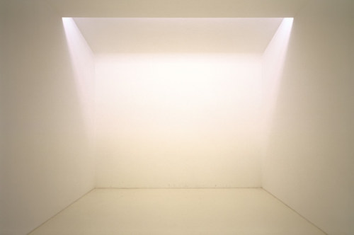 A light installation using natural and artificial white light