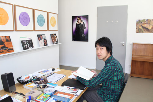 A photo of Song-Ming Ang in his studio