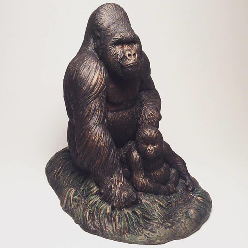 A sculpture of a pair of gorillas
